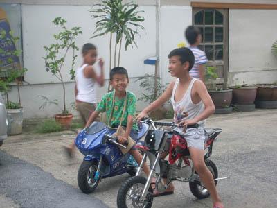 เด็กขับมอเตอร์ไซค์